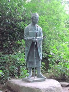 写真:松尾芭蕉のブロンズ像