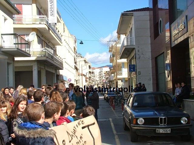 Μαθητές Δημοτικού - Νηπιαγωγείου και γονείς διαδήλωσαν στο Δημαρχείο!