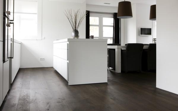 Witte Houten Vloer In Keuken : Verdeel de fijngesneden knoflook over ...