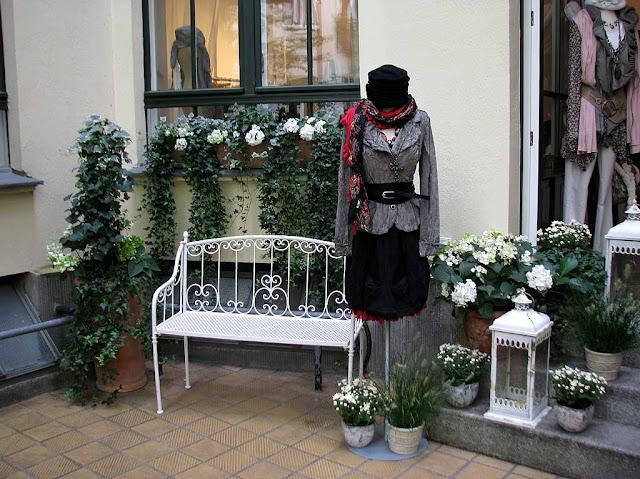 Bench and mannequin, Hackeschen Höfe, Rosenthaler Strasse, Berlin