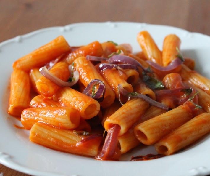 Penne ao Molho de Tomate, Cebola Roxa e Manjericão (vegana)