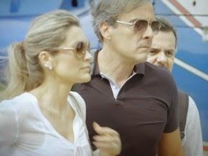Flávia Alessandra (Heloísa) pergunta para  Alexandre Borges (Thomaz) se eles vão deixar os dois seguranças morrerem na lama gulosa