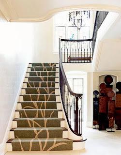 ... uma boa medida é forrar as escadas com tapetes ou carpetes, de preferência aqueles de fibras mais grossas e trabalhadas, que evitam escorregar.