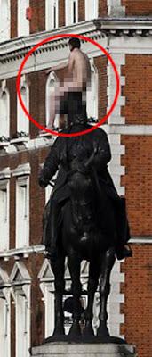 Lelaki bogel duduk di atas patung manusia