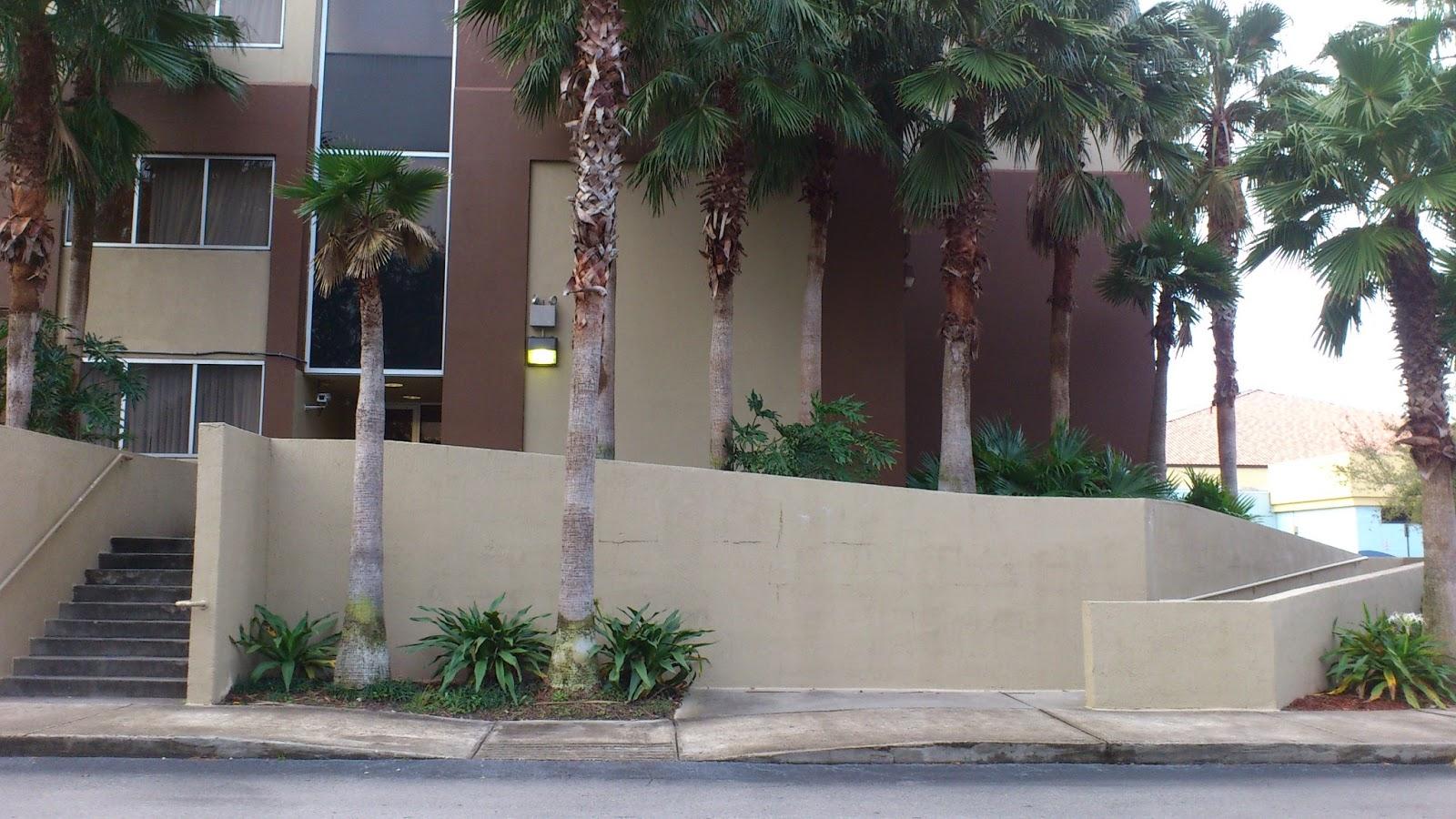 Rampa no hotel enorme mas com boa inclinação #5B4945 1600x900 Banco Banheiro Cadeirante