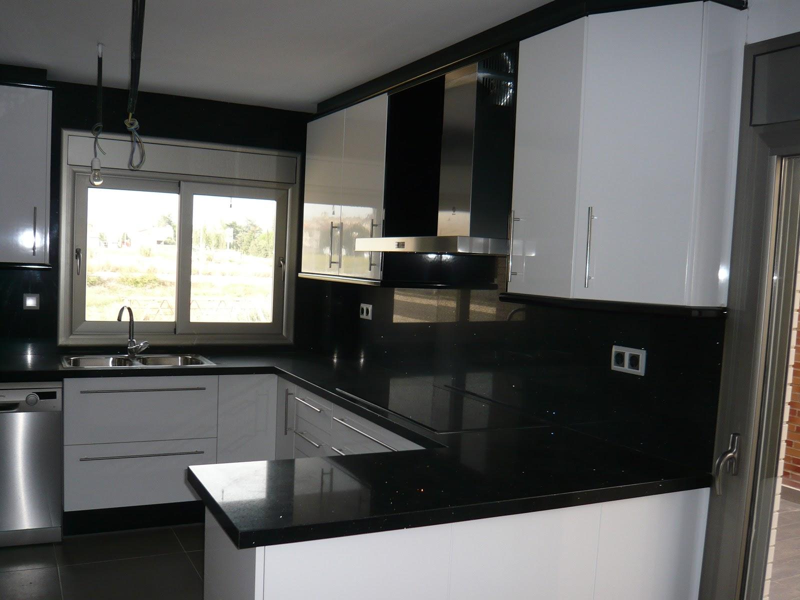 Reuscuina cocina de formica blanca negra for Cocina blanca encimera negra