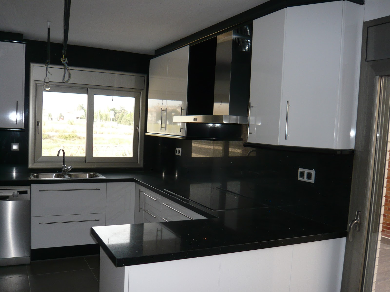 Reuscuina cocina de formica blanca negra for Cocina blanca y negra