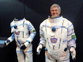 astronauta  Marcos Pontes se vestindo