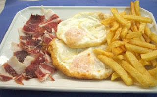 Huevos fritos con papa a la francesa