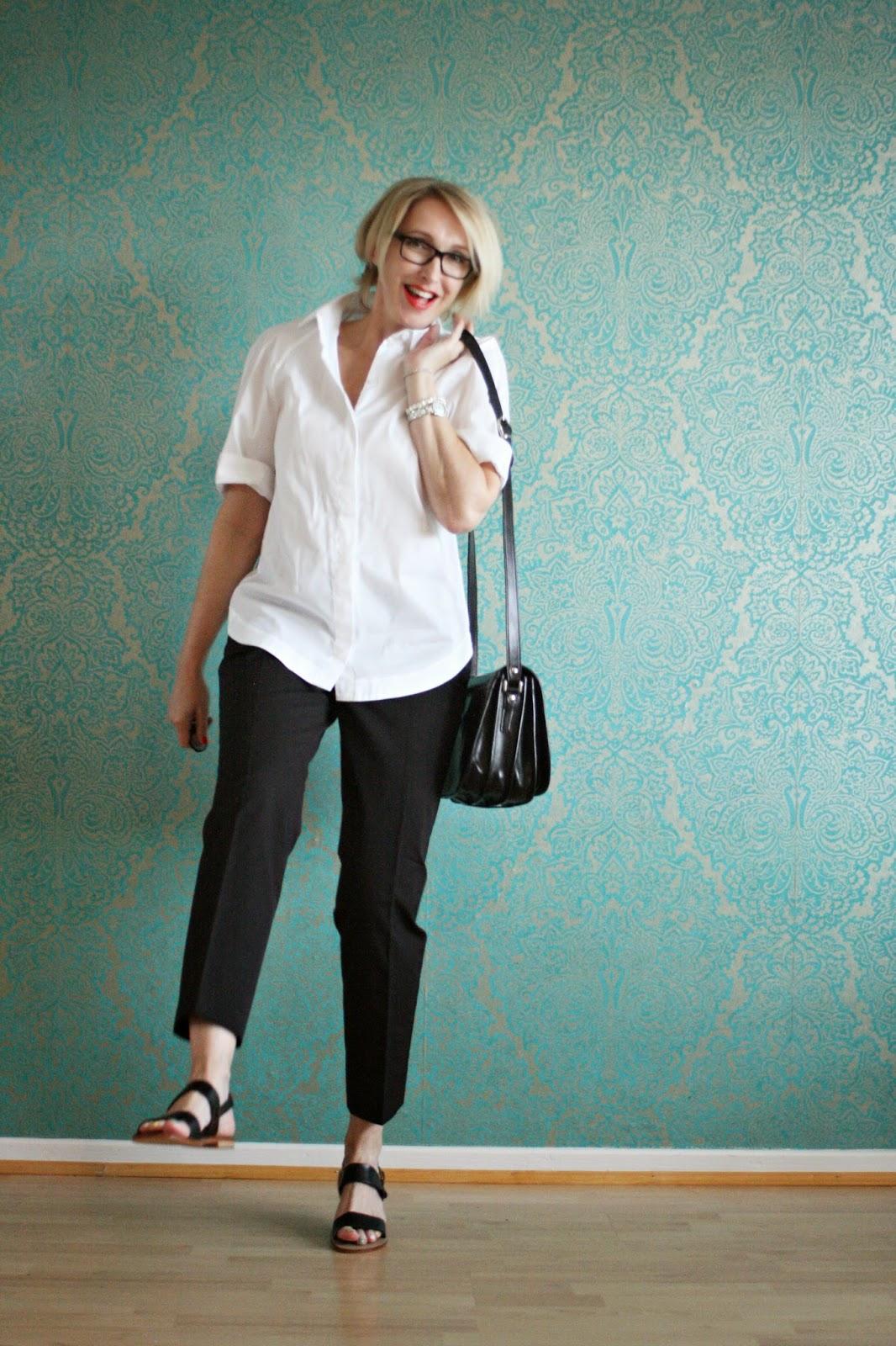 Klassisches Outfit mit weißer Bluse und schwarzer Hose