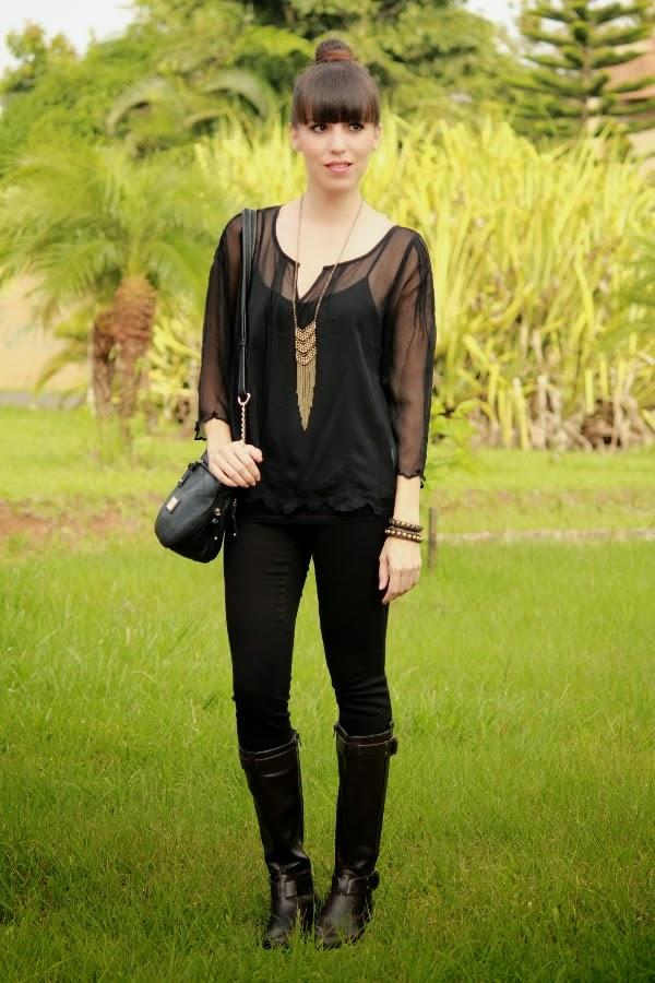 OUTFIT DEL Du00cdA Look en negro con accesorios dorados
