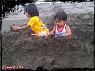 bermain pasir