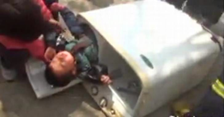 bocah china terjebak di mesin cuci