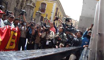 periodistas fueron golpeados por policías y rurales en carretera