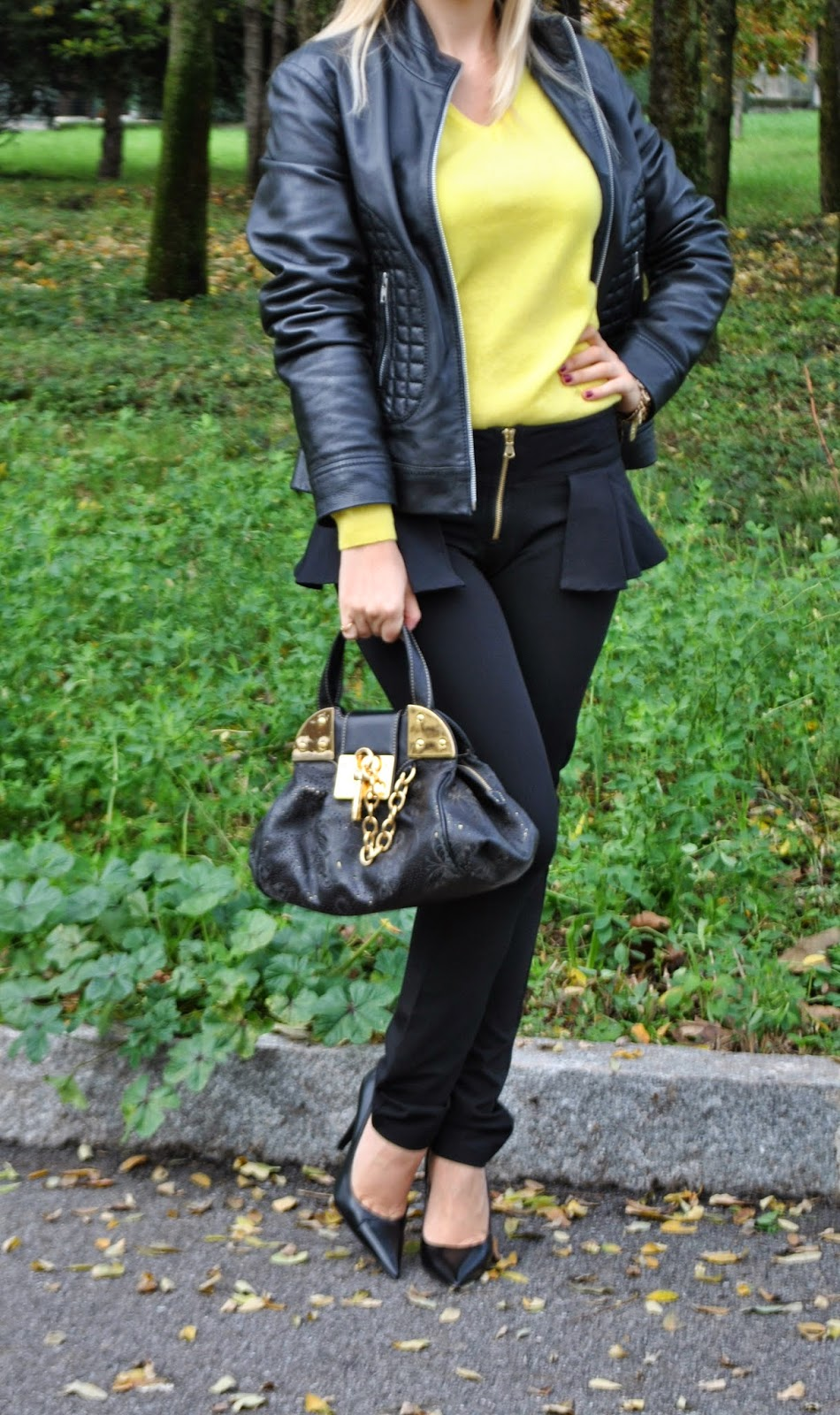 outfit giallo e nero abbinamenti giallo e nero come abbinare il giallo pantaloni neri con peplo sisley maglione giallo con scollo a v benetton giacca di pelle combipel décolleté francesco Biasia borsa braccialini bracciale con catena e monete majique majique london bracelet sweater benetton trousers sisley how to wear ywellow sweater black peplum trousers how to combine yellow and black outfit autunnali outfit novembre 2014 november outfits autumnal outfits fashion blogger italiane fashion blog italiani mariafelicia magno mariafelicia magno fashion blogger colorblock by felym fashion blogger bionde italian fashion bloggers fashion bloggers italy italian girls blonde girls