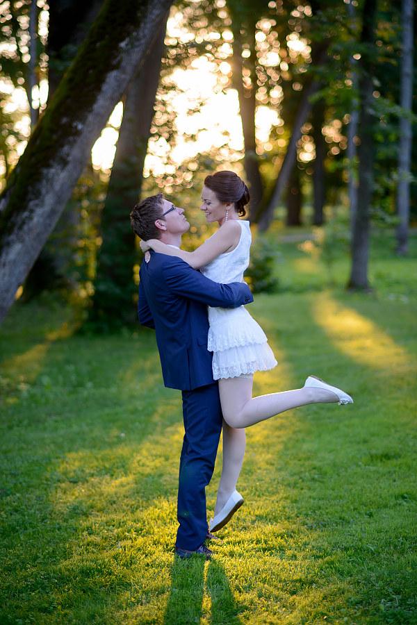 romantiška vestuvių fotosesija leidžiantis saulei Taujėnų dvare