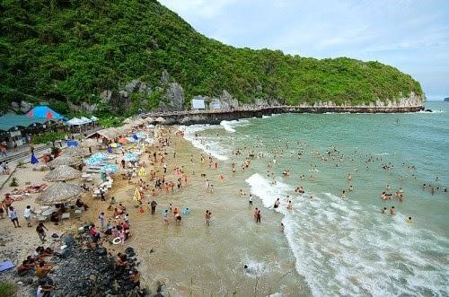 Tắm biển ở Đảo Cát Bà