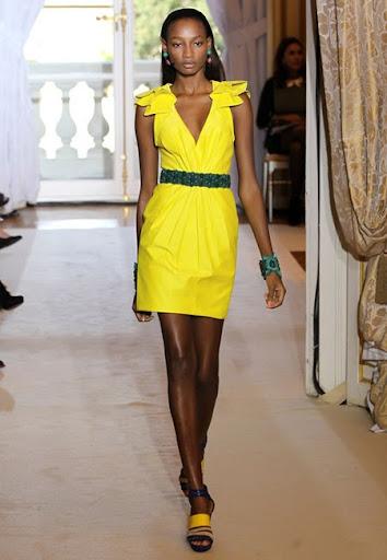 жълта къса рокля с дълбоко деколте