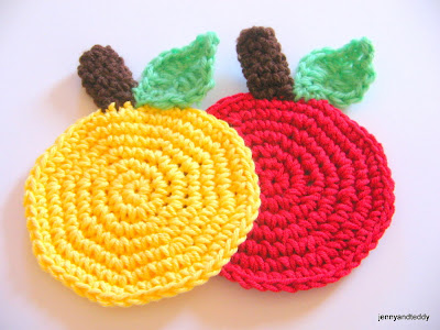 free crochet coaster easy apple pattern by jennyandteddy.com