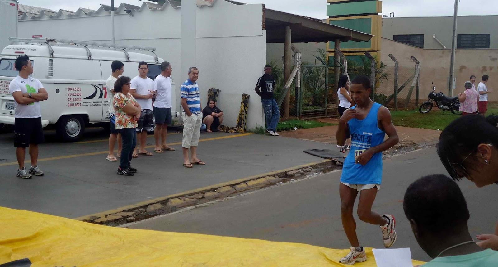 Foto 76 da 1ª Corrida Av. dos Coqueiros em Barretos-SP 14/04/2013 – Atletas cruzando a linha de chegada