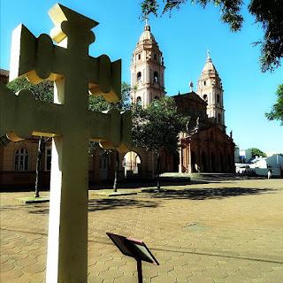 Cruz missioneira e Catedral Angelopolitana, em Santo Ângelo.