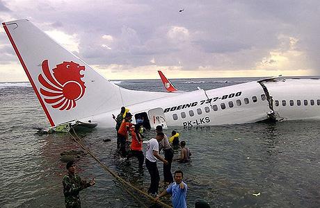 bangkai pesawat lion air 737-800 yang jatuh di bali