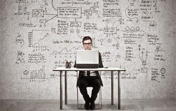 Un emprendedor granadino trabajando en un escritorio con su ordenador en su nueva idea de negocio