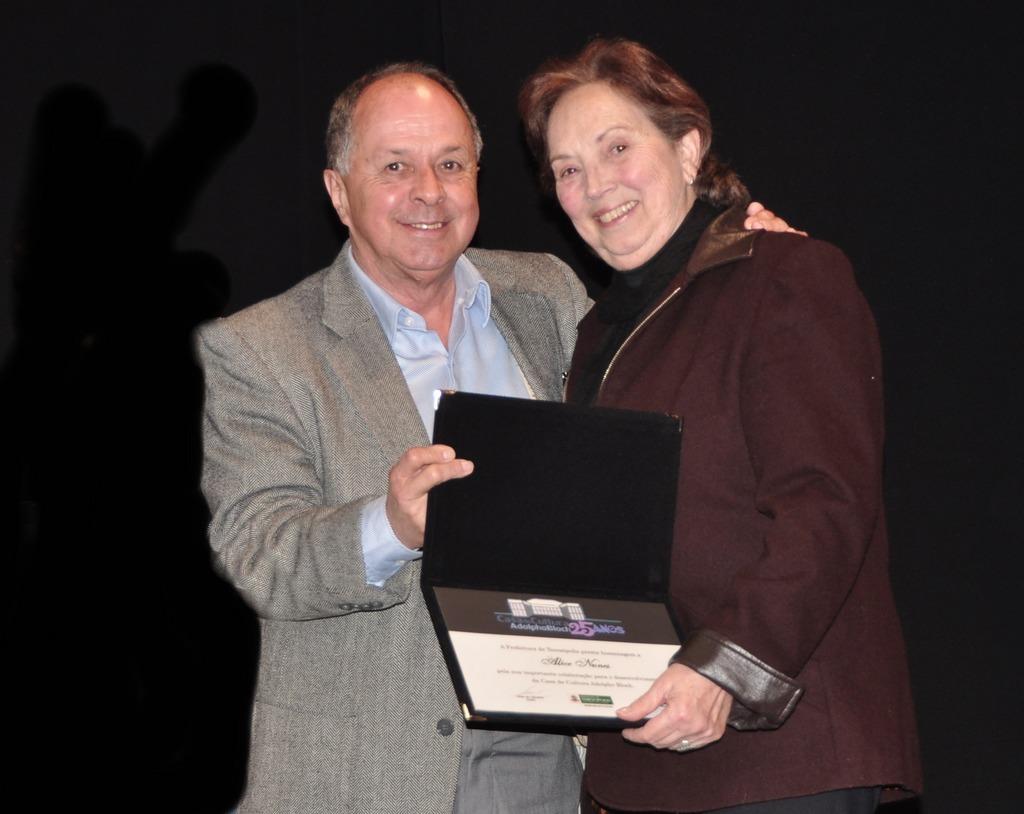 A professora Néli Pampillon recebeu a homenagem em nome da escritora Alice Nunes