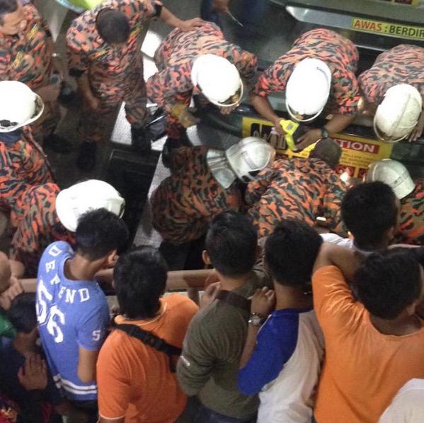 Kaki kanak-kanak tersepit eskalator di Johor