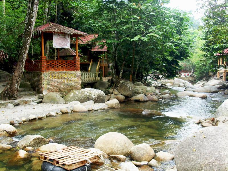 Sungai yang cantik diselenggara baik oleh kalumpang resort