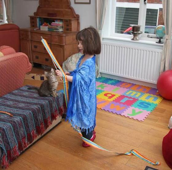 Foto Iris dan Thula bermain bersama