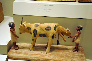 نموذج خشبى لبقرة وهى تلد صغيرها