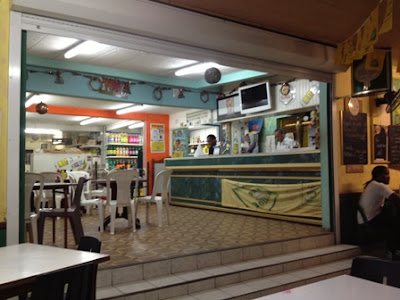 """la """"salle"""", le bar et l'épicerie"""