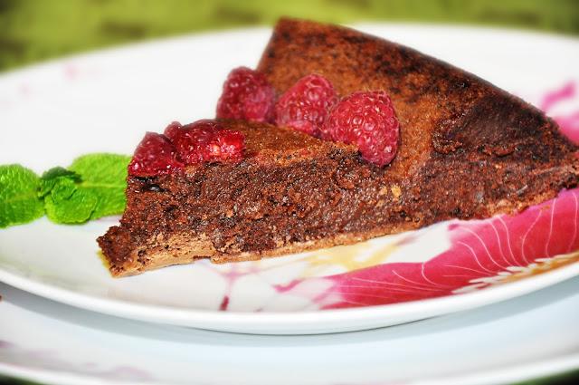 влажный шоколадный торт с малиной