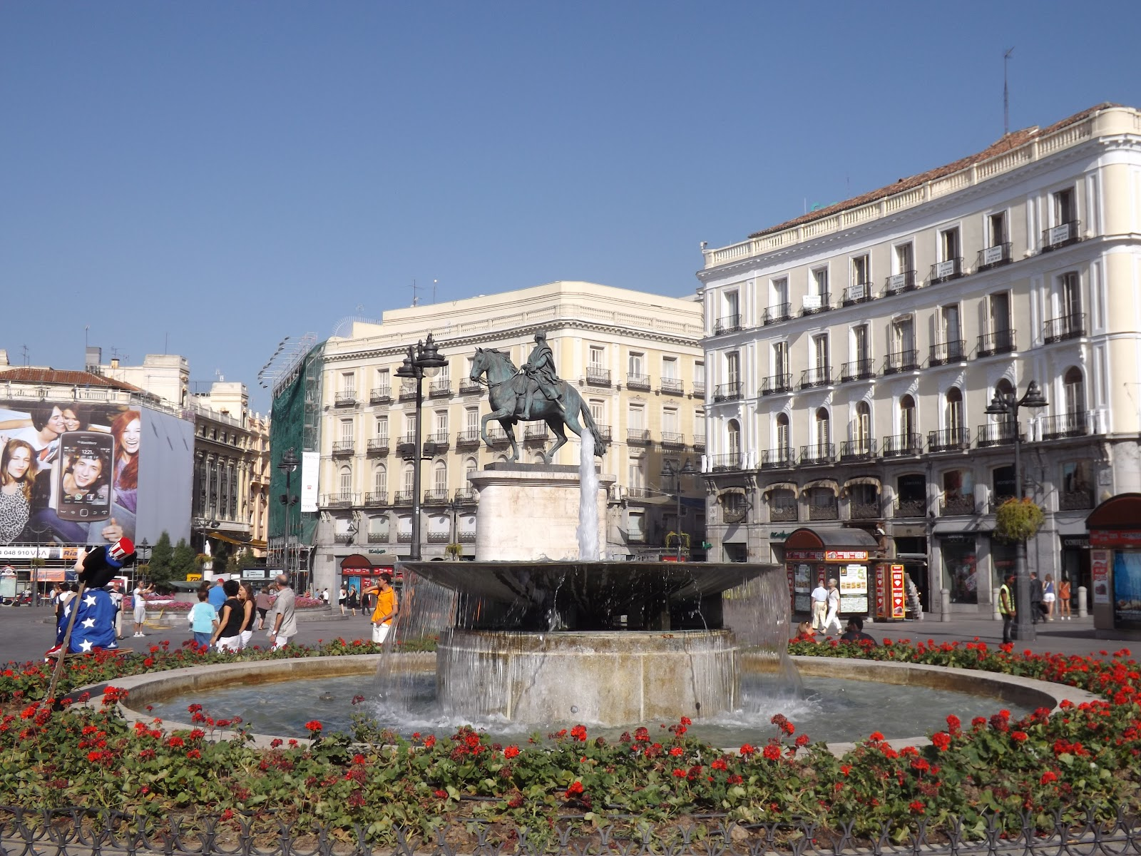 Summer adventures in spain la puerta del sol la plaza for Plaza puerta del sol