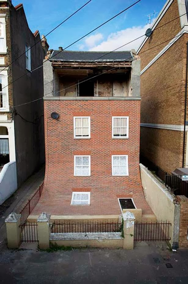 The British artist and designer Alex Chinneck caused a stir with the clever remodeled facade of an old ruinous house in the Cliftoncille district: it lays half slid down in the front yard and now reveals the emptied upper floor.