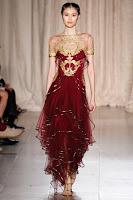 Вечерна рокля с переста пола на волани, в златно и бордо, на Marchesa