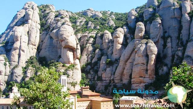 معبد مونتسيرات في اسبانيا فوق الجبل