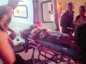 Mulher é atendida após ser atropelada (Foto: Portal Poções)