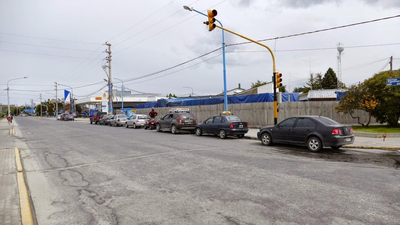Ushuaia - Warteschlange vor der Tankstelle