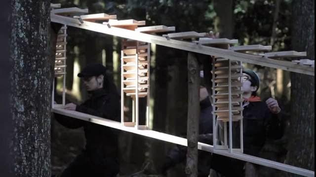 xylophone en bois géant dans une forêt
