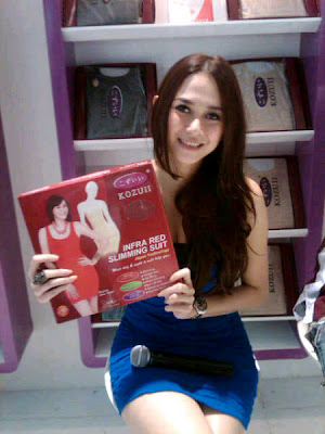 Photo Aura Kasih Jadi SPG slimming suit