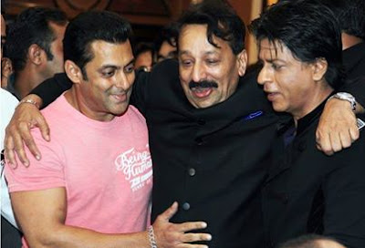 Shah Rukh and Salman hug it out at Iftar party-Bollywood's biggest Exclusive news