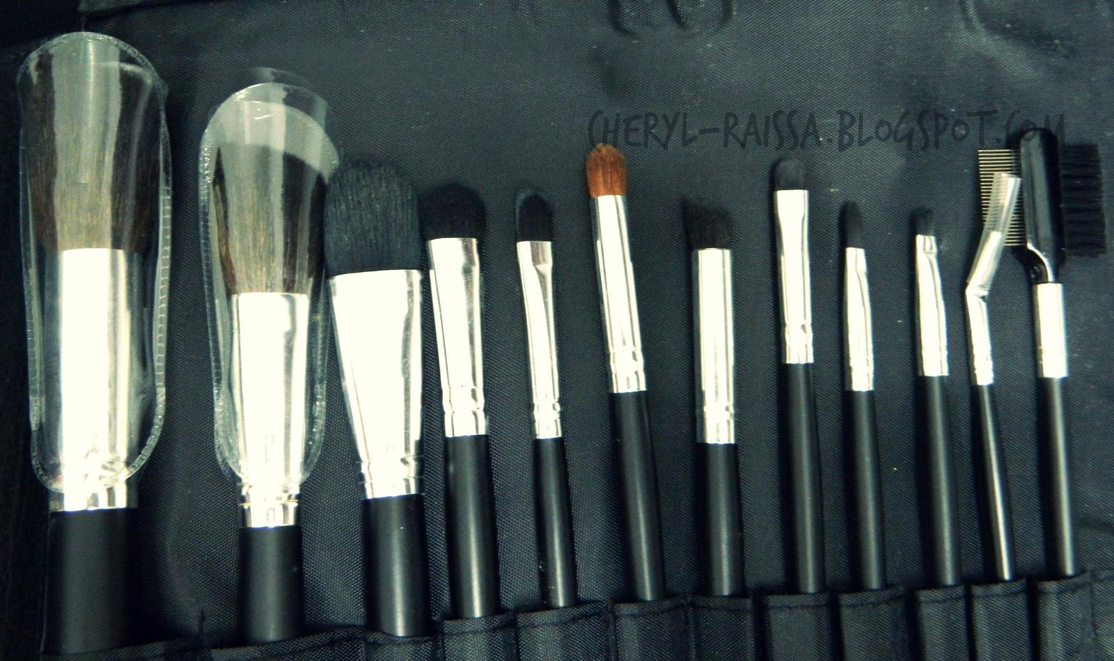 coastal scents brushes. brush set ini dibungkus dengan pembatas bertulis coastal scents dan magnet untuk penutup case-nya. brushes