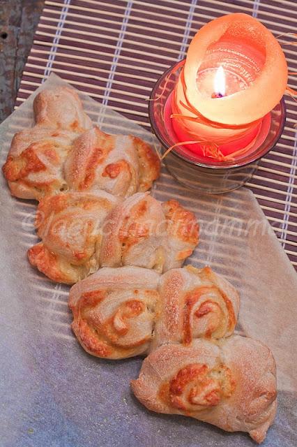 pane con lievito madre farcito al formaggio a forma di spiga
