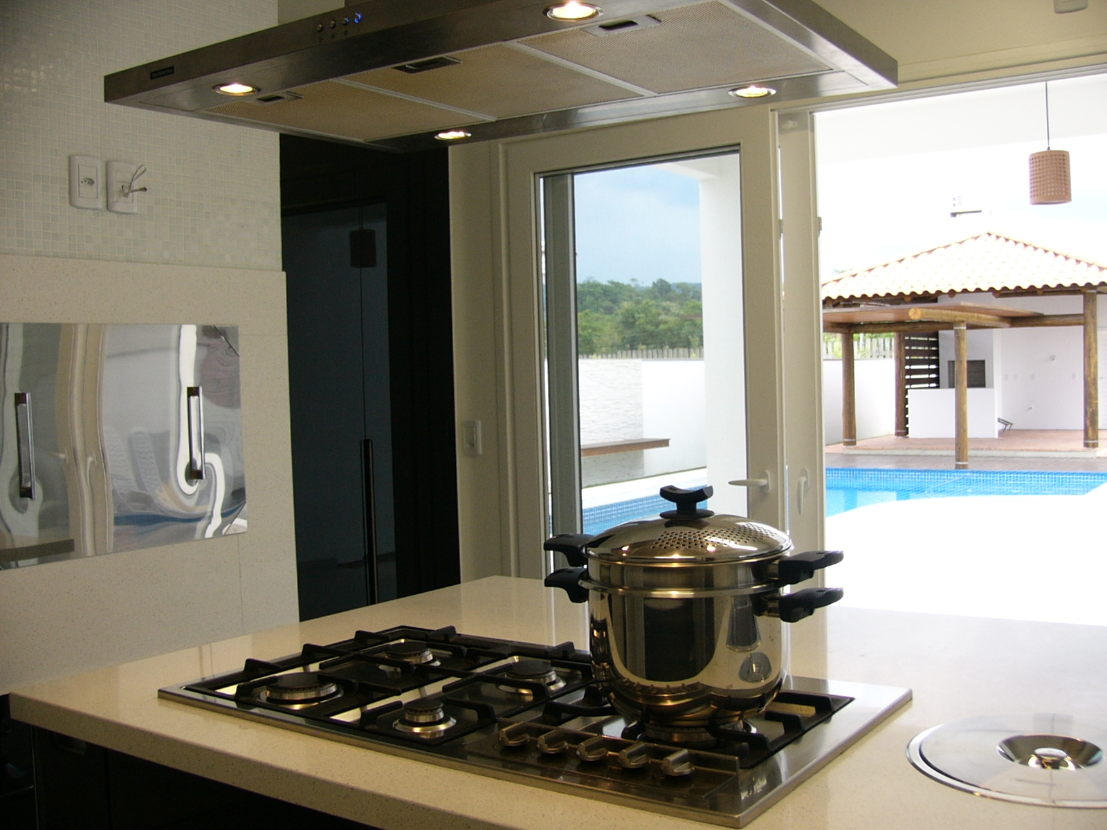 #1382B8 se volta tanto para a sala de jantar e estar como para a área externa  1600x1200 px Projetos De Cozinha Externa_5445 Imagens