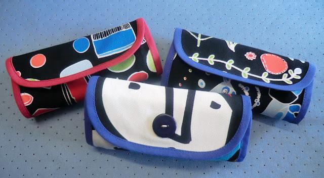Tres bolsas plegadas que parecen carteras de mano.