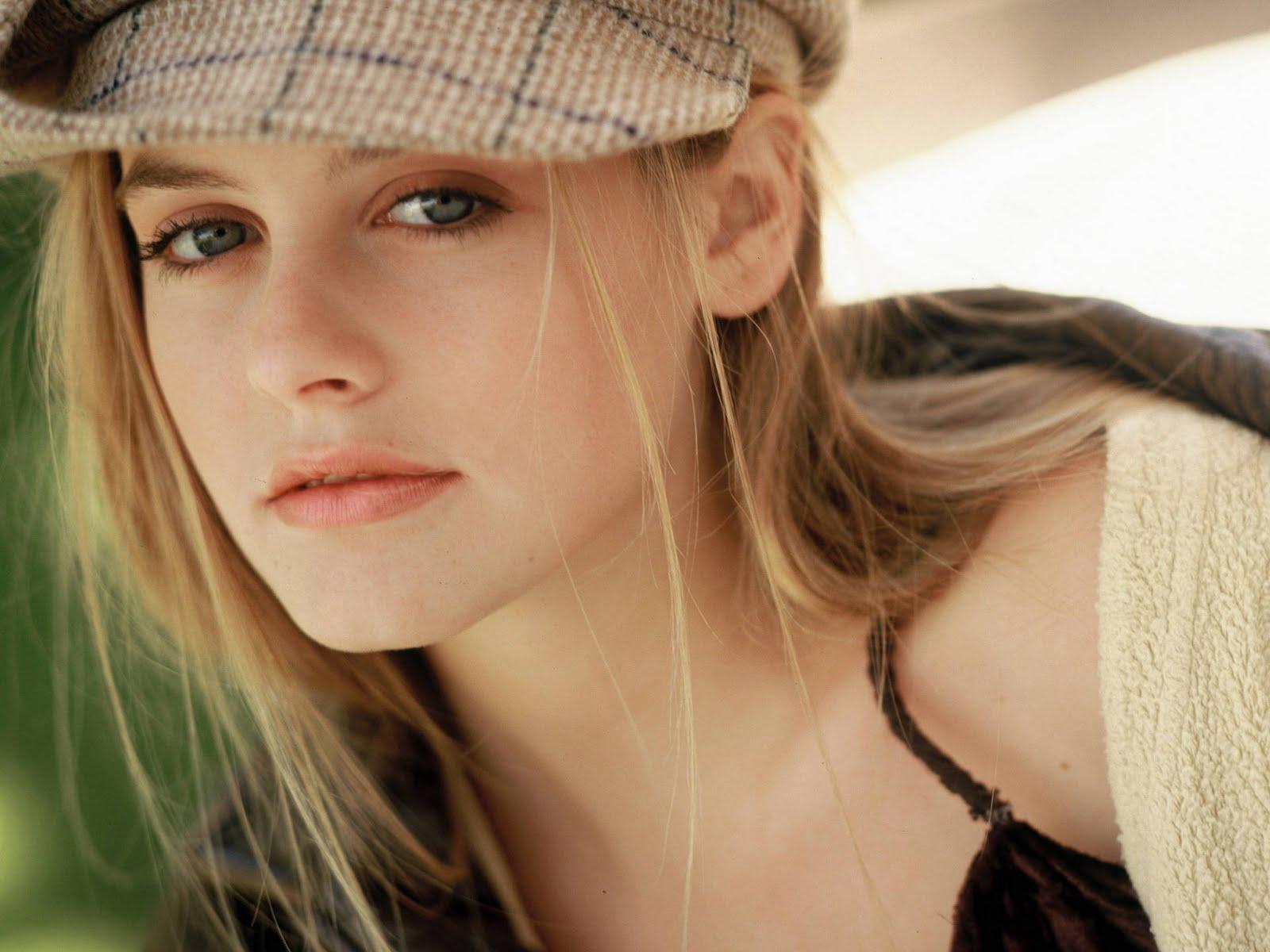 http://2.bp.blogspot.com/-qFE6qbPt_4E/Tcg3CcxxF-I/AAAAAAAABlY/9HUL66wCqH8/s1600/0238-Celebrity-Wallpaper-Alicia-Silverstone.jpg