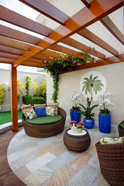 decoracao de ambientes internos pequenos:Vasos vietnamitas azuis e com modelos diferentes. Projeto: Aquiles
