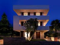 foto de fachada de casa moderna de tres plantas